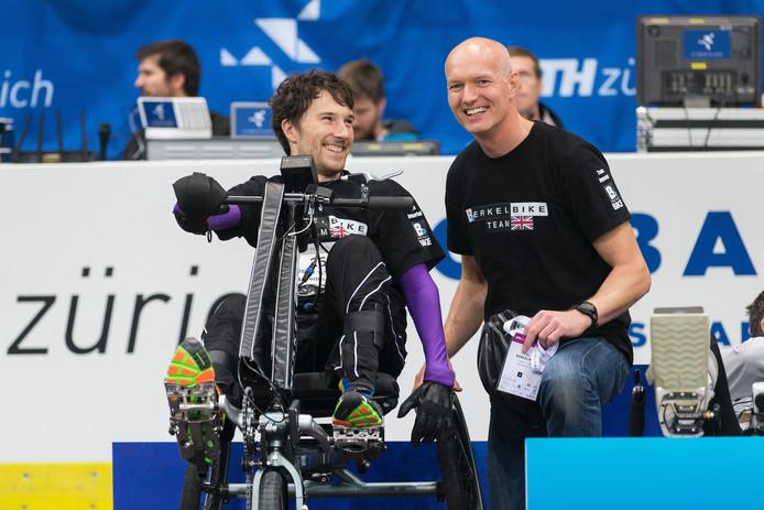 Rik Berkelmans naast 'piloot' Johnny Beer Simms bij de prijsuitreiking.