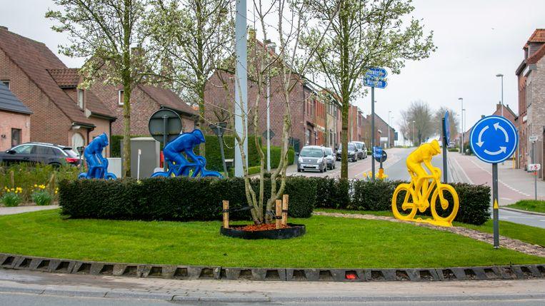 In Kemmel werd de nieuwe rotonde geopend met enkele fietsers in felle kleuren als blikvangers.