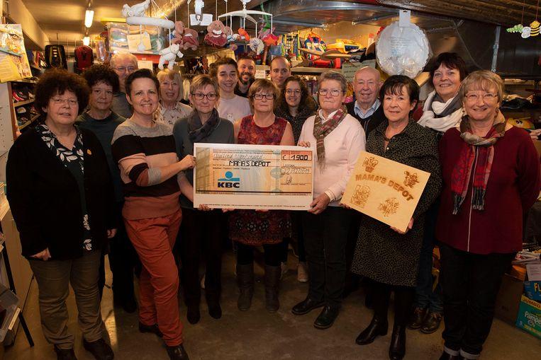 Heksentocht Leefdaal schenkt 1.900 euro aan Mama's depot. Foto: Eric Mostrey.