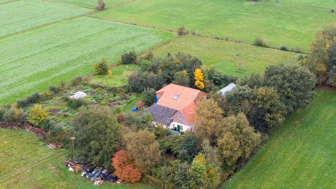 Een dronefoto van de boerderij.