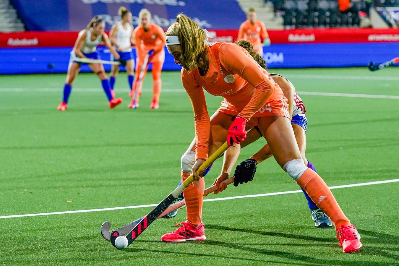 Doelpuntenmaakster Pien Dicke houdt haar tegenstander van de bal.
