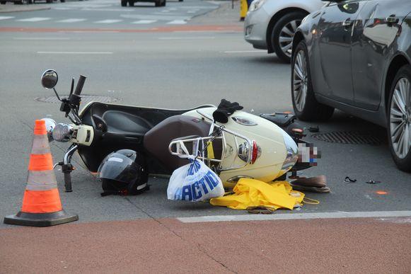 De bestuurster werd gegrepen door een auto op het kruispunt met de Kortrijkstraat.