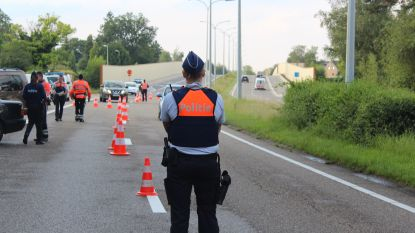 Bestuurder rijdt door middenberm om aan politiecontrole te ontsnappen
