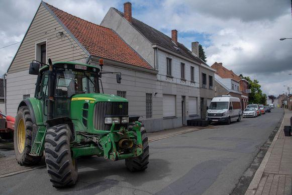 Op Hekkergem in Schellebelle werd woensdag een professionele cannabisplantage ontdekt. Donderdagochtend werd ze ontmanteld door de politie en personeel van de gemeente.