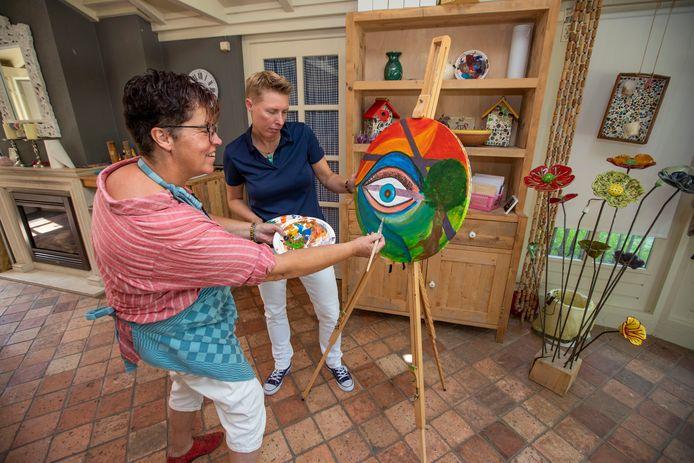 Creatief therapeute Jolanda Hoevenaars (links) en cliënte Els Brouwers.
