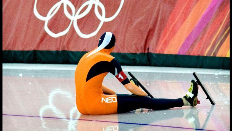 Sven Kramer zit er verslagen bij nadat hij tijdens de ploegenachtervolging op een blokje is gestapt in Turijn, 2006. Beeld Klaas Jan van der Weij