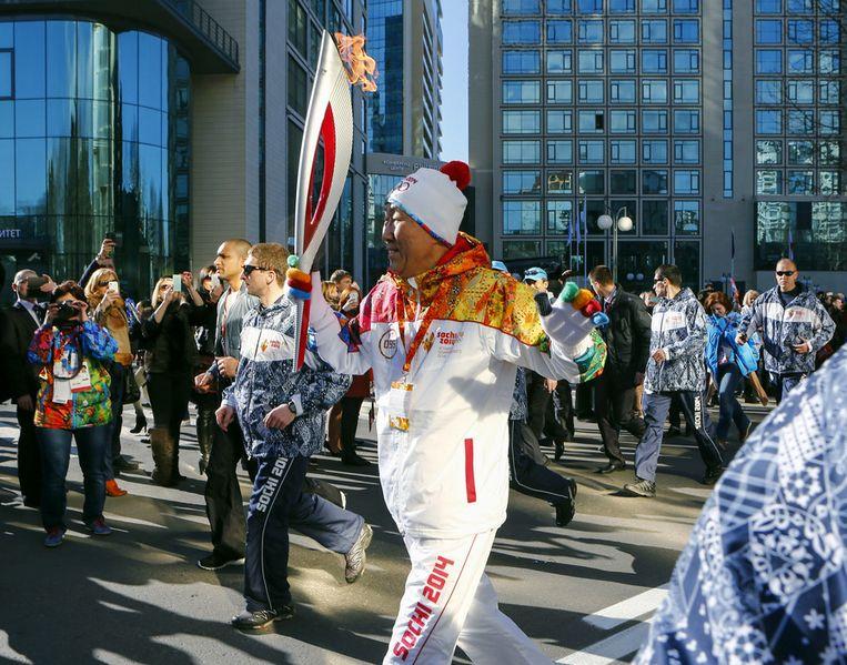 Secretaris-generaal van de Verenigde Naties Ban Ki-moon gisteren met de olympische fakkel. Beeld ap