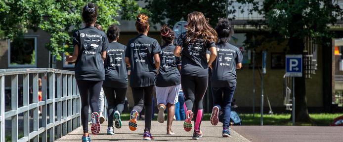 """Begeleid door Shqipe Pllana trainen de vijf meiden uit Eritrea voor de wedstrijd morgen. """"Nederland is goed voor ons. Nu kunnen wij zieke kinderen helpen."""" foto Frans Paalman"""