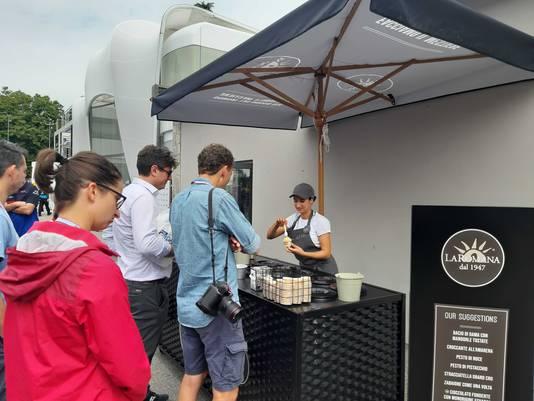 Bezoekers halen een snack op Monza.