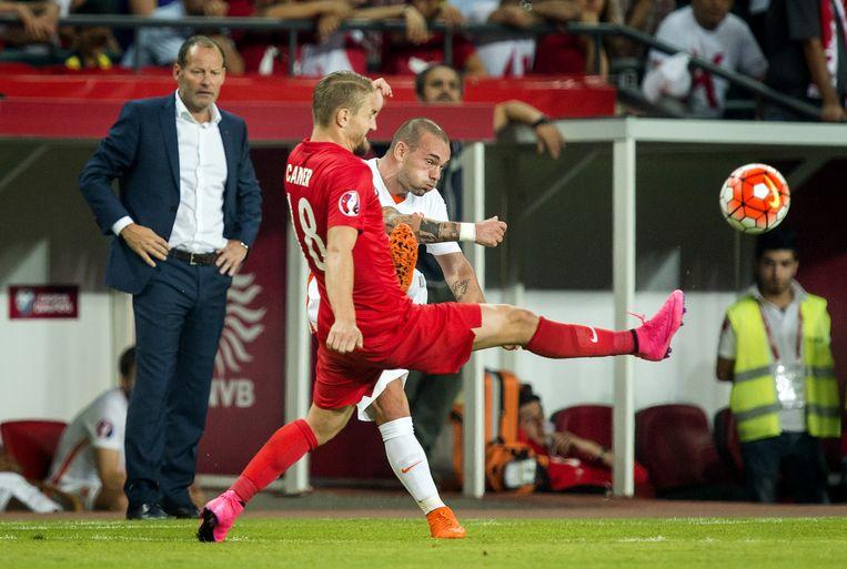 Wesley Sneijder tijdens het duel Turkije - Nederland dat met 3-0 verloren ging. Op de achtergrond bondscoach Danny Blind. Beeld anp