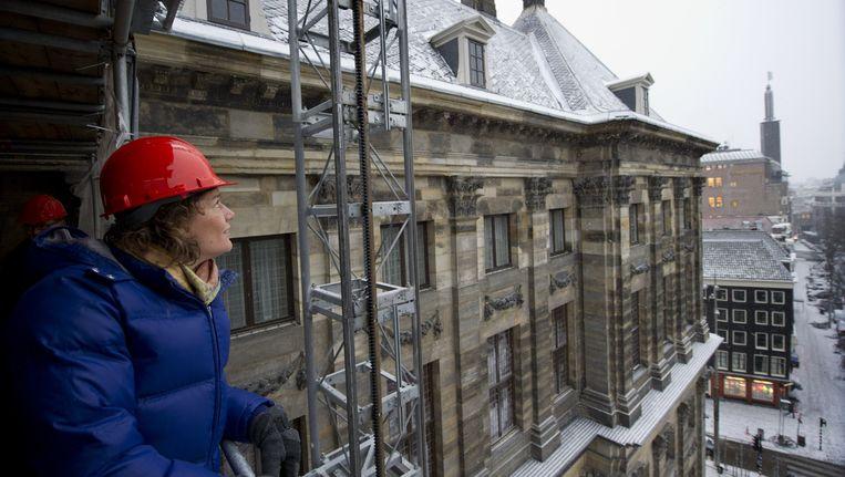 Archieffoto van wethouder Gehrels op het Koninklijk Paleis op de Dam. Gelukkig sneeuwt het deze week niet, want ze gaat in een tentje slapen bij W139. Beeld anp