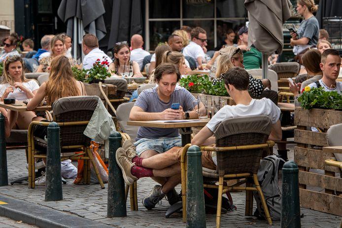 De terrassen zaten dit weekend weer goed vol, zoals hier op de Havermarkt in Breda.