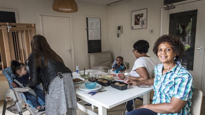 Xiomara Henrique met enkele van 'haar' meiden: 'Ze moeten hun eigen keuzes maken'.