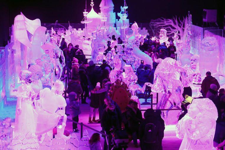 De bezoekers kuieren in dichte drommen langs de ijssculpturen van Disney.