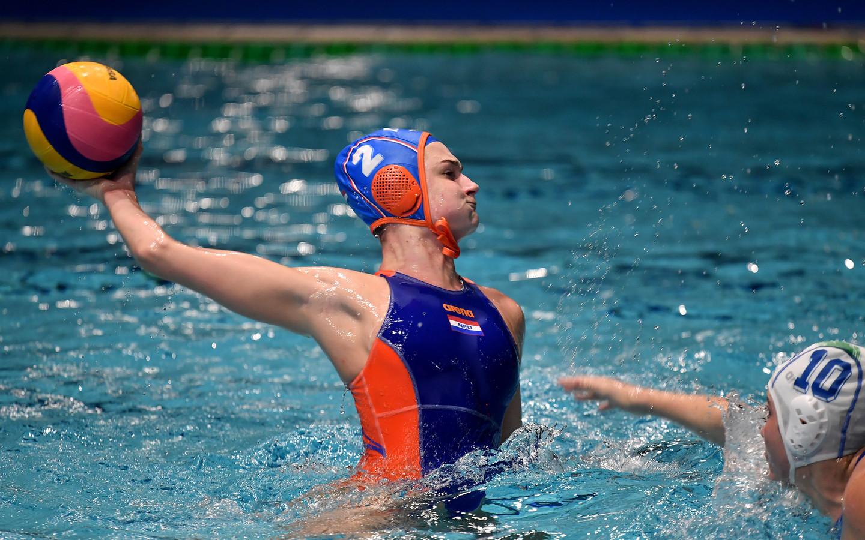 Maud Megens in actie namens de Nederlandse waterpolosters.