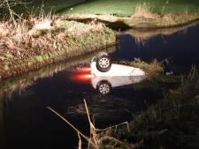 Auto belandt op zijn kop in de sloot in Culemborg: man komt met de schrik vrij