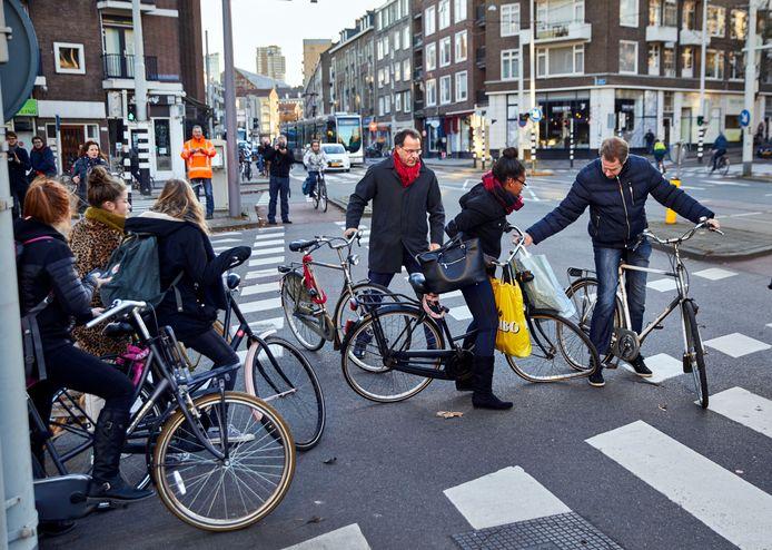 Vorig jaar pakte de proef, waarbij stoplichten tegelijk op groen springen, niet goed uit. Wethouder Langenberg, met rode sjaal, kijkt verschrikt toe.