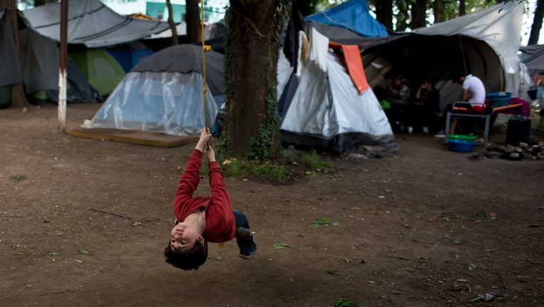 Een Syrisch jongetje speelt in een vluchtelingenkamp in het Griekse Idomeni. Beeld ap