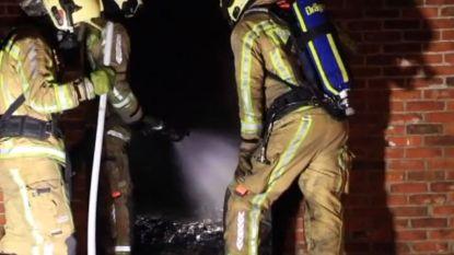 Brandweerman kan zijn vrouw, twee kinderen en vier honden redden uit woningbrand