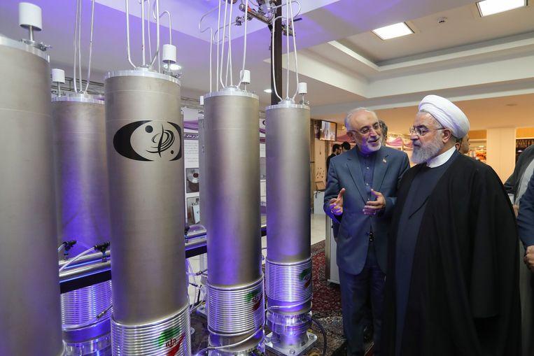 De Iraanse president Hassan Rouhani (R) en het hoofd van het Iraans kernenergieagentschap Ali Akbar Salehi tijdens een inspectie van nucleaire technologie in Teheran, archiefbeeld.