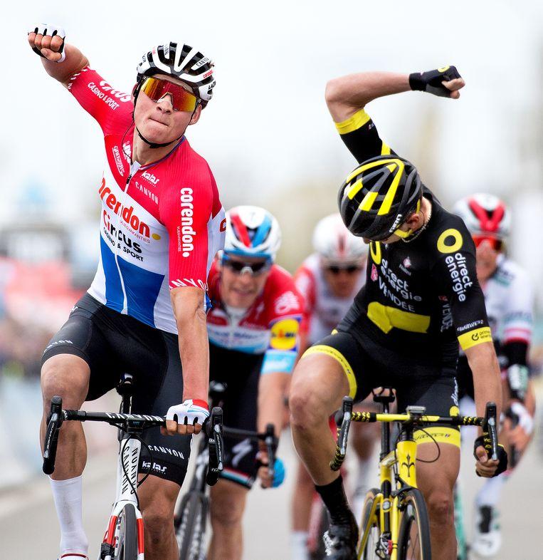 Mathieu van der Poel gaat woensdag als eerste over de streep in de semi-klassieker Dwars door Vlaanderen voor de Fransman Anthony Turgis. Beeld Klaas Jan van der Weij / de Volkskrant