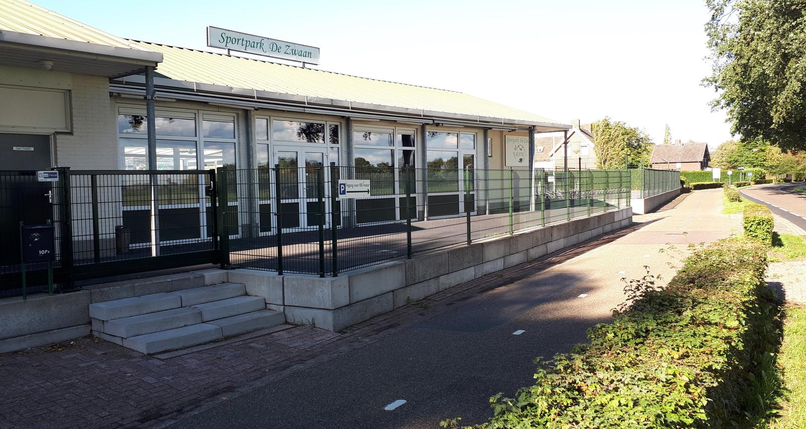 De kantine van EVVC ligt pal tegen de Vinkelsestraat,  tussen Vinkel en Heesch.