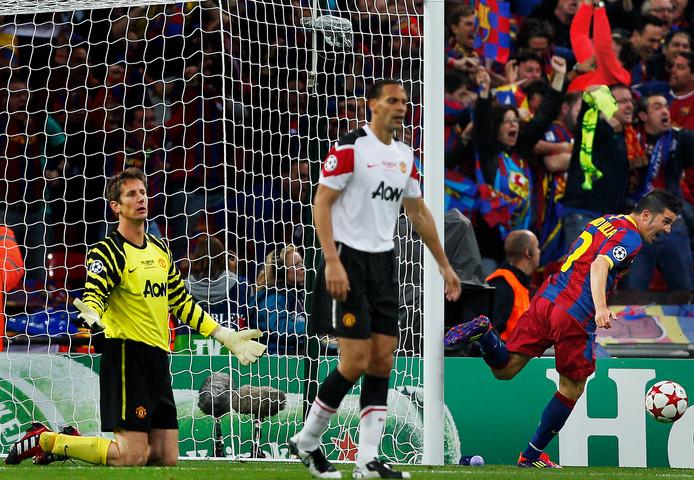 Het verlies van Edwin van der Sar in beeld. Hij heft de handen ten hemel als Barca de 2-0 gescoord heeft. David Villa is op weg naar doelpuntenmaker Lionel Messi.