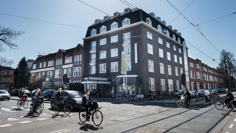 De gemeente wil de straat veiliger maken door het aanleggen van een vrijstaand fietspad. Beeld Mats van Soolingen