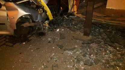 Enorme ravage: dronken bestuurder (23) crasht in toonzaal Èggo keukens