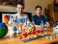 De gigantische rode draak van LEGO Master-deelnemers Jos (21) en Martijn (21) uit Deventer is al afgebroken: 'Steentjes worden volgend seizoen weer gebruikt'