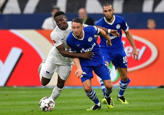 Dilrosun (l) in duel met  Mark Uth tijdens zijn debuut voor Hertha BSC tegen Schalke 04.