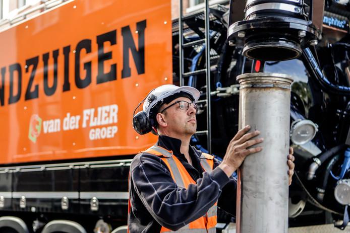 Grondzuigmachinist Piet de Vries aan het werk.