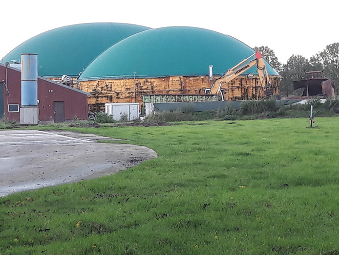 Het bedrijfsterrein van het vroegere BioSpares oogt grotendeels opgeruimd. Bij de mestsilo's verricht een kraan sloopwerk.