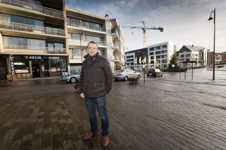Schepen Dirk Smits in het centrum van Zutendaal, waar binnenkort heel wat woningen en commerciële zaken zullen bijkomen.