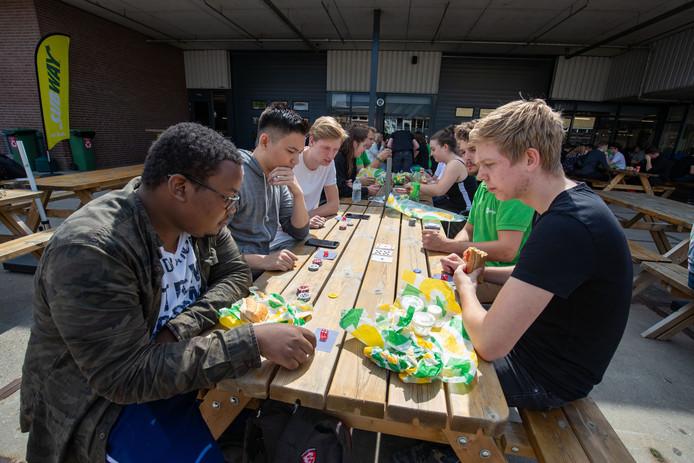 De harde werkers bij Van Dijk worden goed beloond met bonussen én lekker eten.