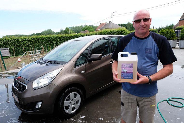 De auto van Marc blinkt als nieuw na een behandeling met de bacterie.