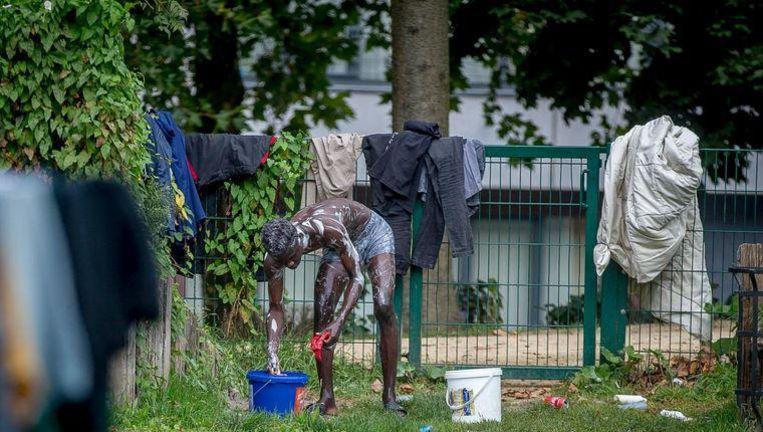 Bij gebrek aan zelfs de meest elementaire voorzieningen wast een man zich en plein public. Deze foto werd niet genomen in één of ander derdewereldland, maar in hartje Brussel.