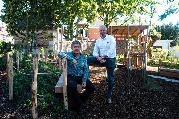 Nieuwe speeltuin voor de Andreas Vesalius Gemeentelijke basisschool. Directeur Marc Geerts en schepen Koen Michiels.