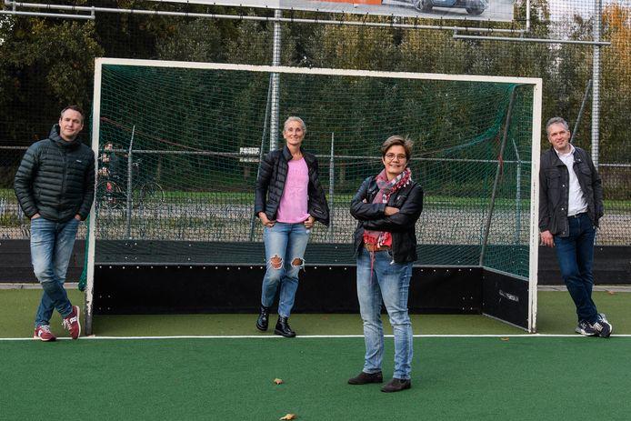 Hockeyclub Twente. Annemieke Beunk neemt samen met haar bestuursleden even de taken over bij Hockeyclub Twente. Vanaf links: Eric Wolkotte, Yda de Rooij, Annemieke Beunk en Stefan Dirks.
