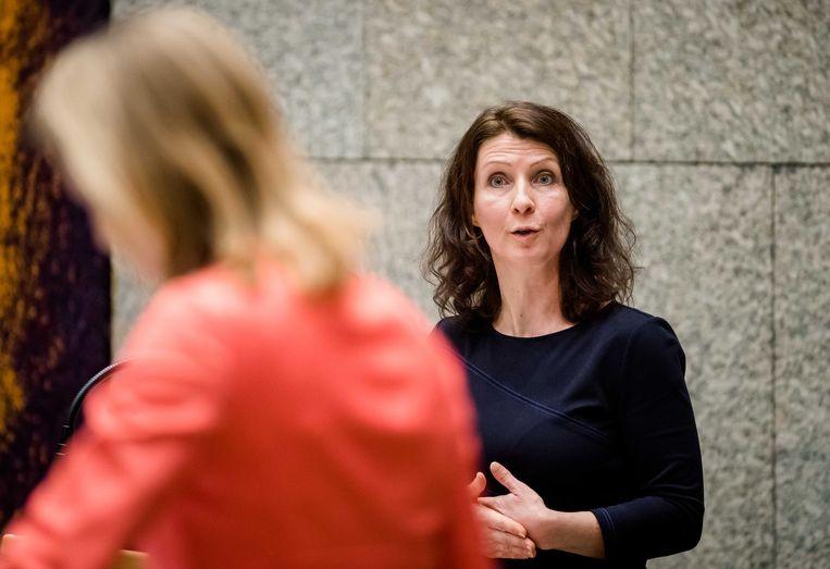 Minister Stientje van Veldhoven voor Milieu en Wonen (D66) en Esther Ouwehand (PvdD) tijdens het eerste vragenuur in de Tweede Kamer na het kerstreces.  Beeld ANP - Bart Maat