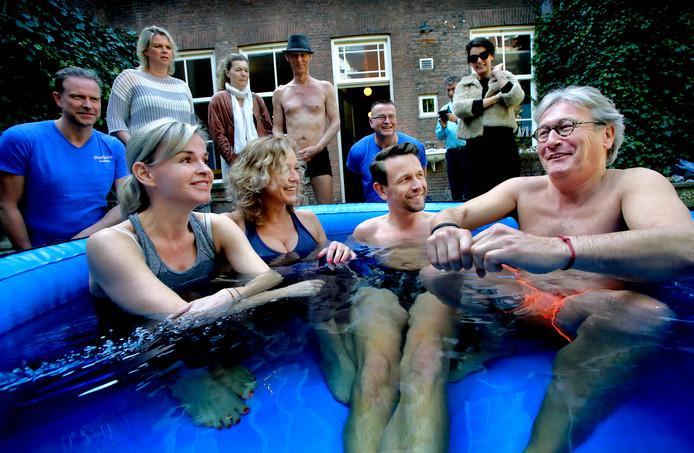 Barbara Muller (links) ligt tijdens het symposium samen met anderen in een ijsbad tegen oorsuizen.