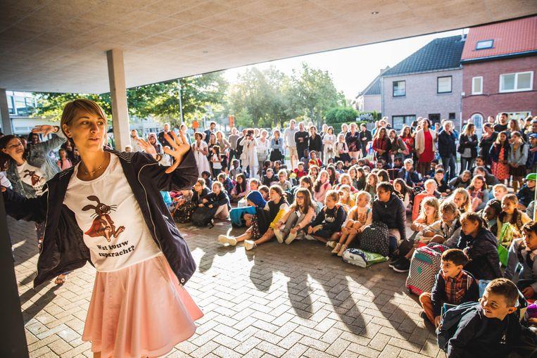 De superhelden van basisschool Gentbrugge voerden samen een dansje op aan het begin van de eerste schooldag.