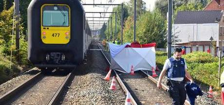 Telefonerende man gegrepen door trein voor ogen zoon