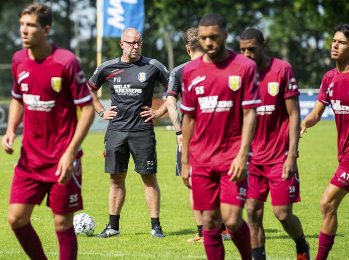 Trainer Fred Grim van RKC Waalwijk tijdens de eerste openbare training.