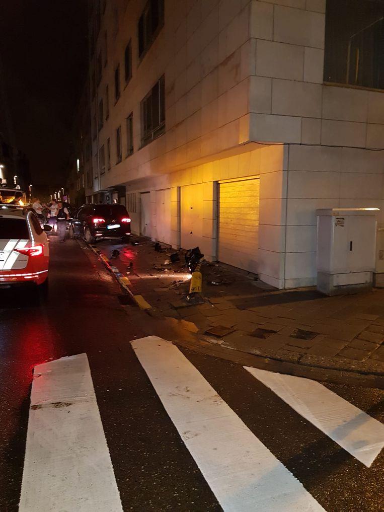 Het vluchtende voertuig crashte tegen een verkeerlicht en kwam tot stilstand tegen de gevel van een woning. De inzittenden sloegen vervolgens te voet op de vlucht