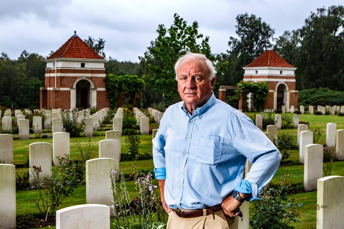 """Henk Vincent, mede-oprichter en actief lid van de researchgroep van het Informatiecentrum Canadese Begraafplaats Holten op het ereveld. ,,Het gaat ons niet lukken om alle resterende pakweg 500 verhalen van hier begraven soldaten te vertellen."""""""