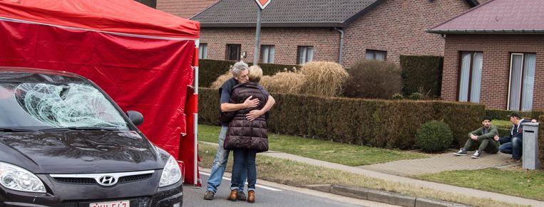 De familie van de vrouw kwam meteen ter plaatse en zocht troost bij elkaar.