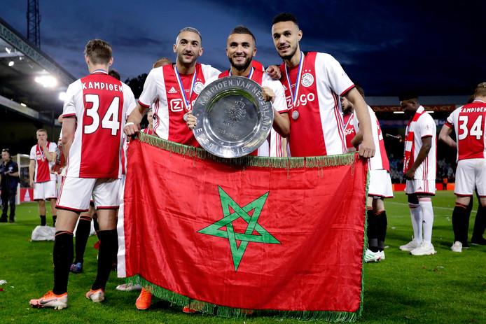 Hakim Ziyech, Zakaria Labyad en Noussair Mazraoui na het behaalde kampioenschap met Ajax gisteravond.