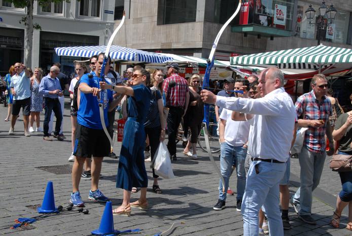 Het publiek krijgt tijdens het WK herhaaldelijk de kans zelf de boog te spannen, zoals hier vóór het stadhuis.