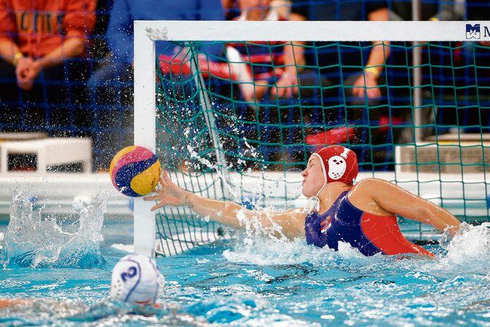 Waterpolokeeper Laura Aarts redt voor het Nederlands team.